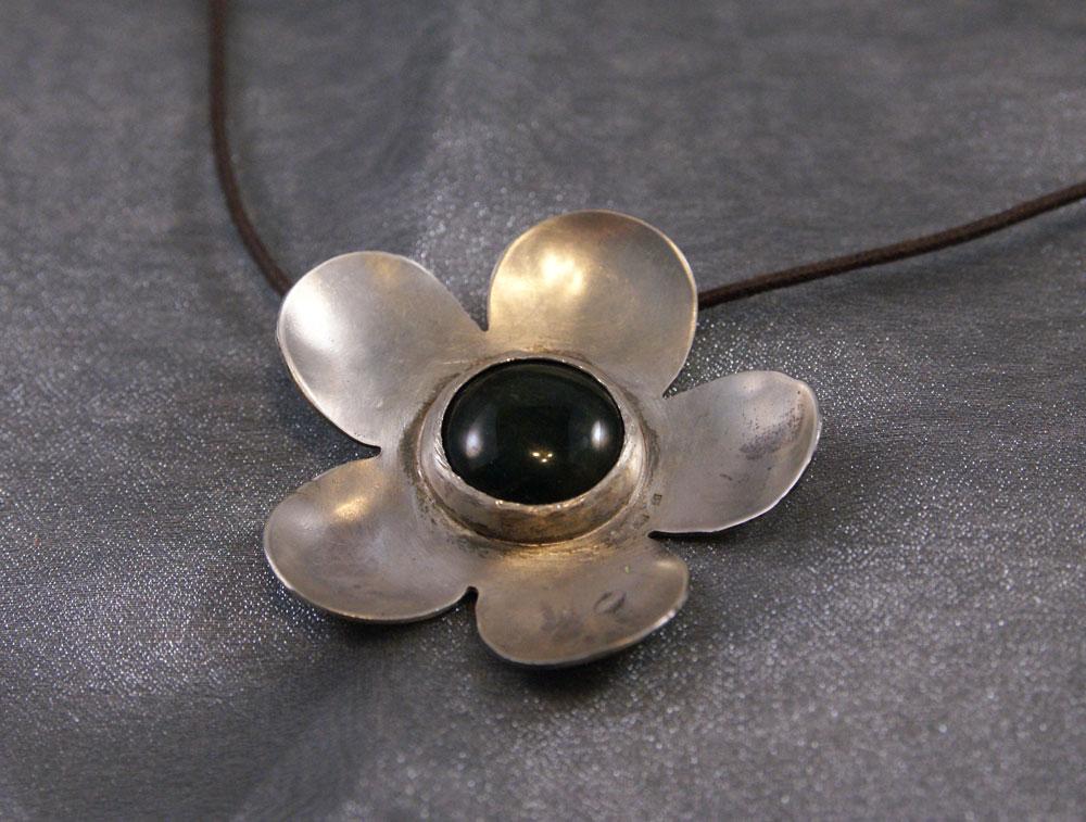 Kukka hopeaa, keskustana jaspis