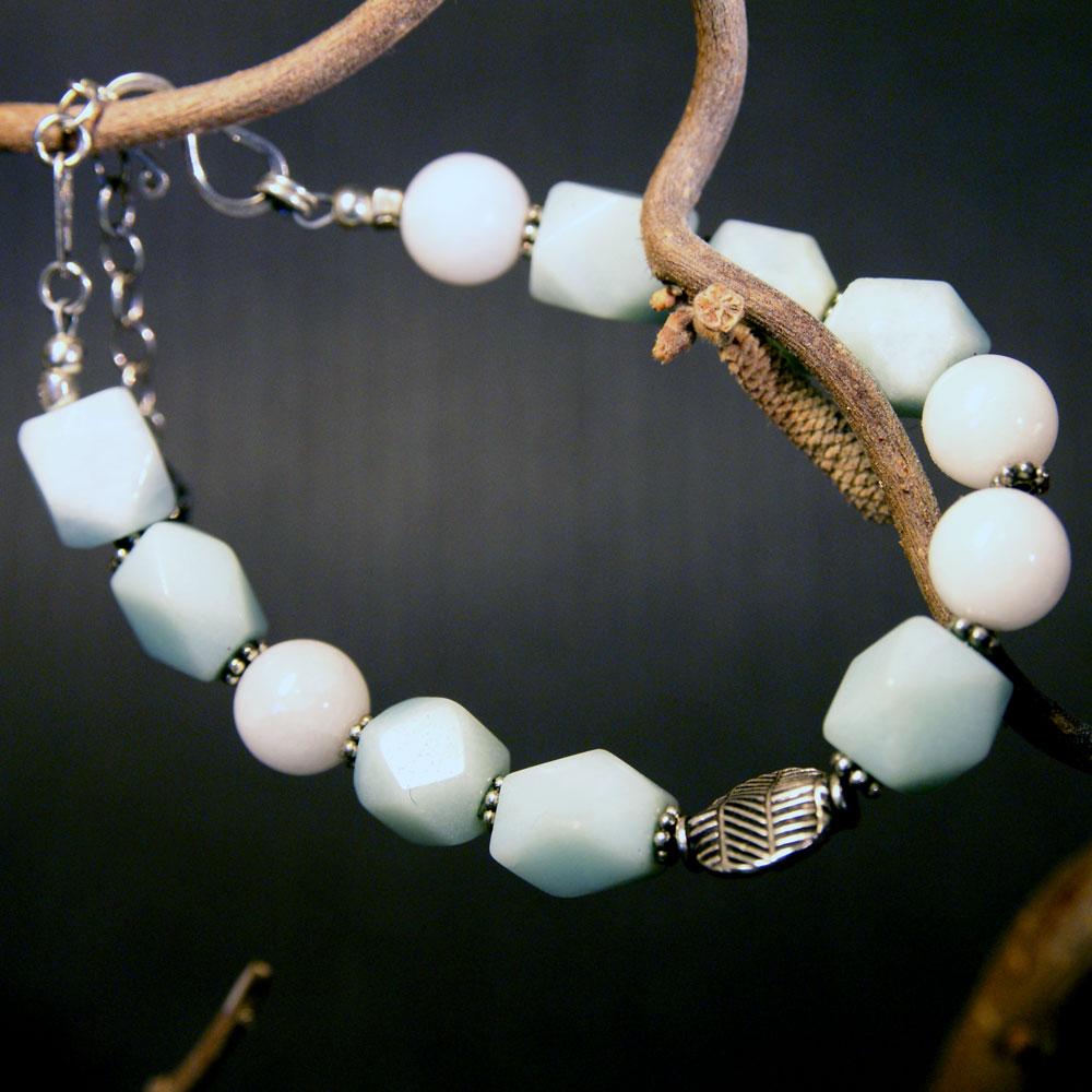 Rannekoru hopeaa, amatsoniittia ja lumikvartsia