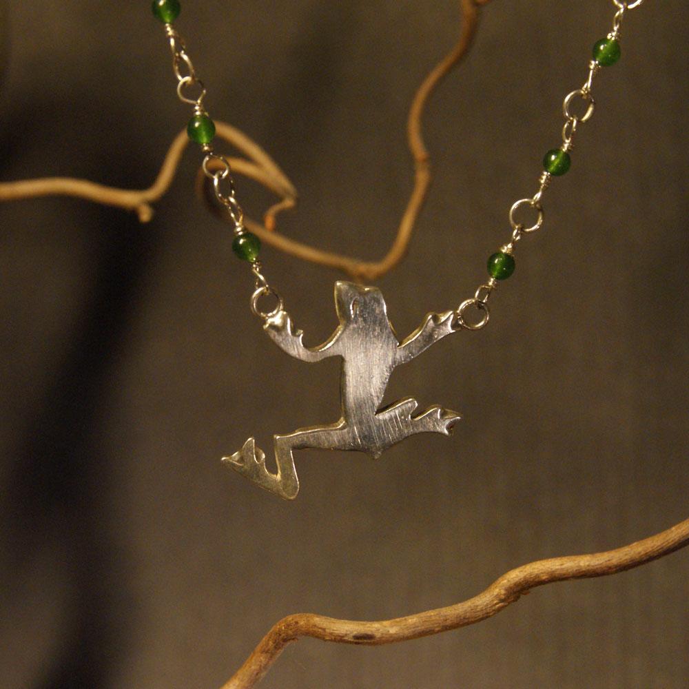 Hopeinen sammakkokääty vihreillä jadehelmillä